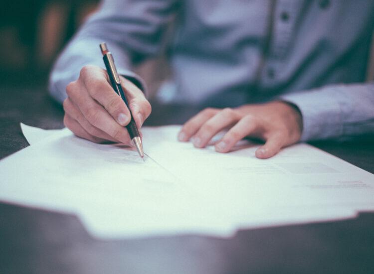Grundbuch und Kaufvertrag
